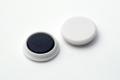 Rundmagnet aus Ferrit mit Kunststoffkappe, dm 24 mm, h =6,5 mm, Haftkraft 3 N, weiß, 10 Stk